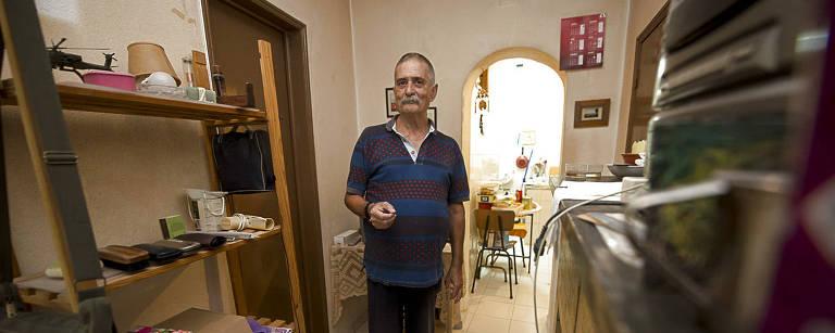 O mecânico aposentado Antonio Alves mostra a casa no bairro lisboeta de Alfama da qual foi despejado – Tarlis Schneider