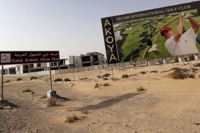 Anúncio gigantesco mostra Trump jogando golfa no Trump International Golf Club Dubai, nos Emirados Árabes Unidos