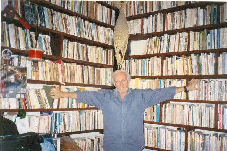 Marcus Moraes Accioly rodeado por seus livros