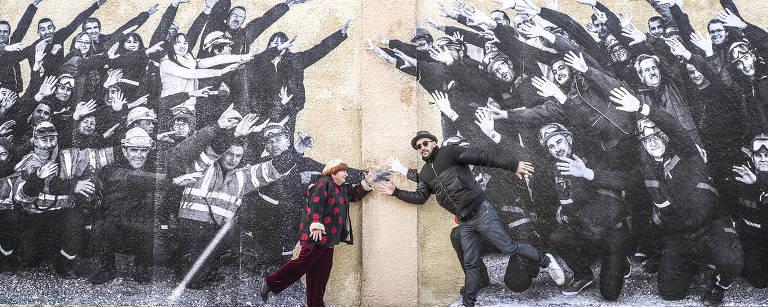 Agnès Varda e artista cubano posam em cena de documentário – Divulgação