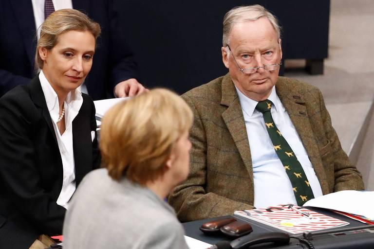 A chanceler alem�, Angela Merkel (de costas), � observada pelos l�deres da AfD, Alice Weidel e Alexander Gauland, no Bundestag, em Berlim