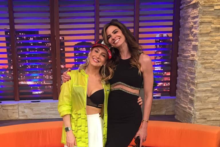"""Claudia Leitte conversa com Luciana Gimenez no programa """"Luciana By Night"""", da RedeTV!"""