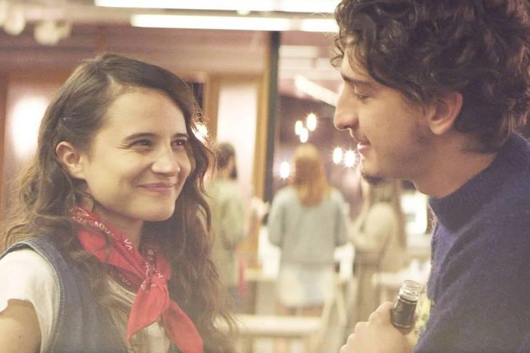 Bianca Comparato e Johnny Massaro em cena de 'Todas as Razões para Esquecer'