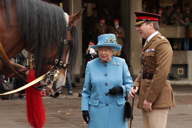 Rainha Elizabeth II conhece cavalos reais