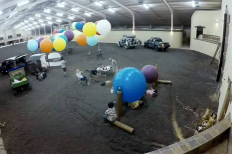 Tom Morgan passou cerca de dois dias enchendo todos os balões