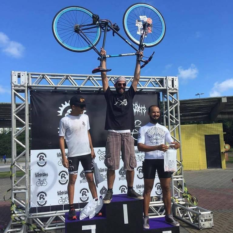 Raul Aragão Rocha (1993-2017) no topo do pódio após uma competição de bicicleta com roda fixa