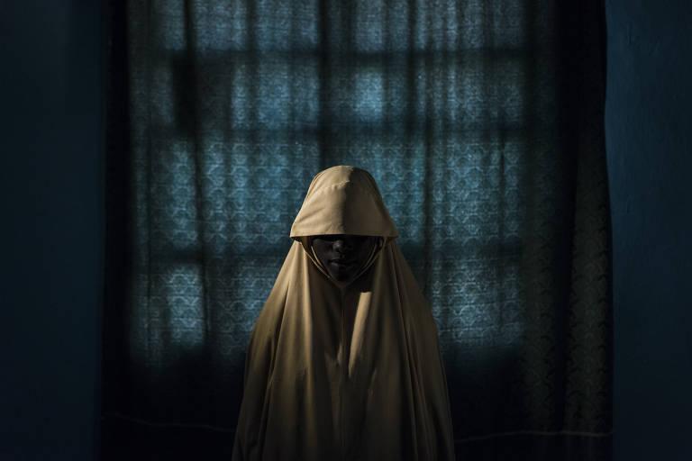 Aisha, 15, foi enviada para explodir um quartel dias depois que seu irmão foi usado em um ataque suicida; ela convenceu os soldados a tirarem o cinturão de explosivos