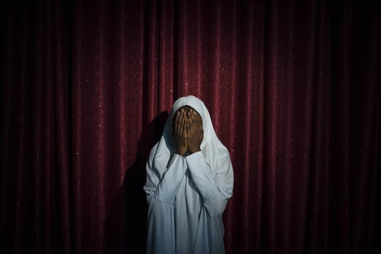 Maryam, 16, foi ajudada por um homem. Aos gritos, ela tentava dizer que n�o iria atac�-lo