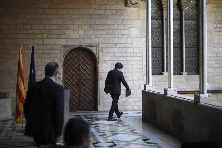 Catalan President Carles Puigdemont walks away after making a statement at the Palau Generalitat in Barcelona, Spain,Thursday Oct. 26, 2017. (AP Photo/Emilio Morenatti) ORG XMIT: TH133