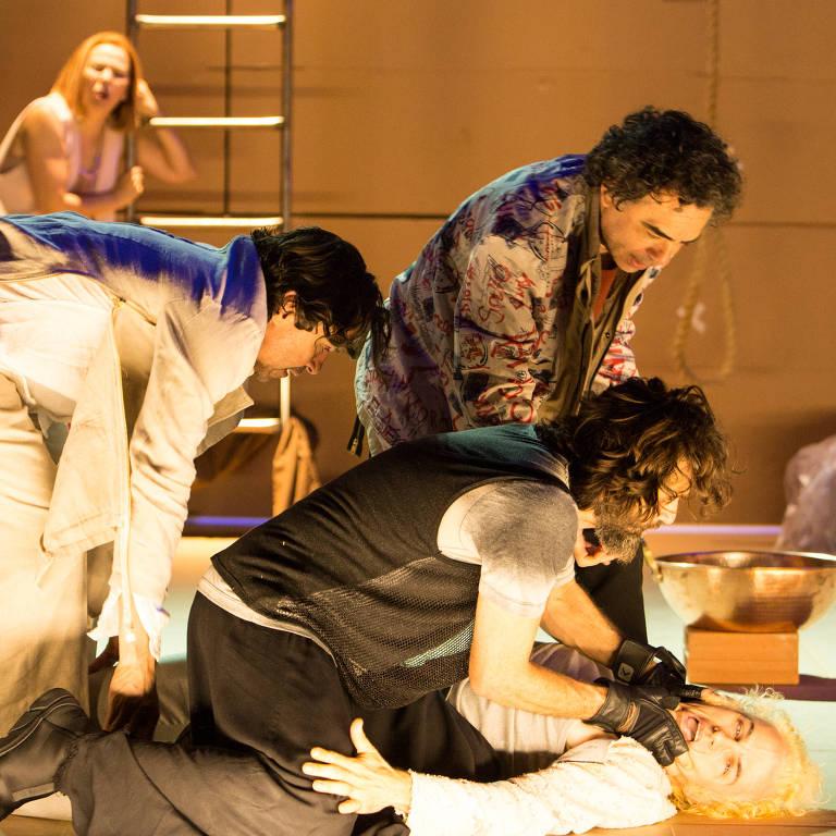 O espetáculo 'Dostoiévski-Trip' reúne as companhias Livre e Mundana