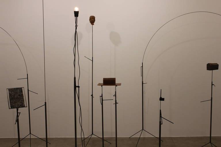 """""""Silêncio Invertebrado"""", instalação de Arturo Gamero"""