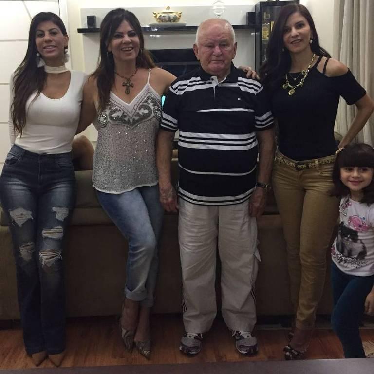 Katia Regina de Azevedo (1964-2017), no centro, ao lado das irmãs Karen (esquerda), do pai, Sebastião