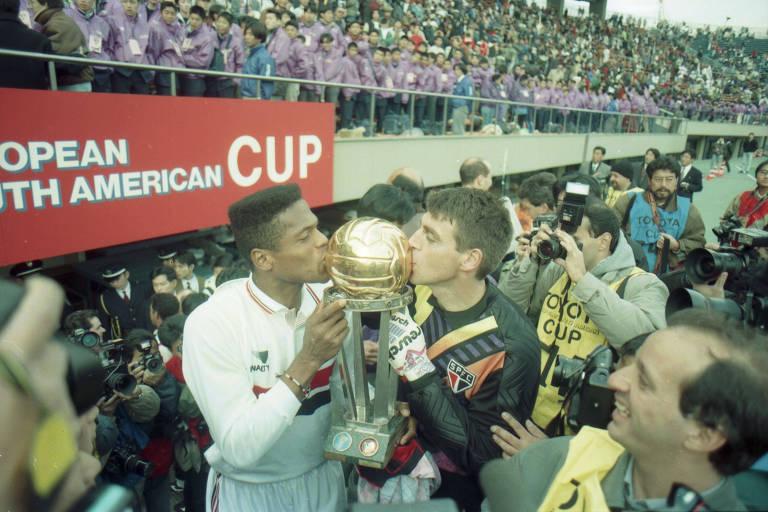 O goleiro Zetti (dir.) e o zagueiro Ronaldão beijam a taça do Mundial de Clubes 1993, após a vitória do São Paulo sobre o Milan, em Tóquio, no Japão