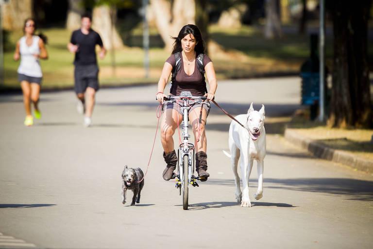 Frequentadora do parque Ibirapuera aproveitam para pedalar com seus cachorros