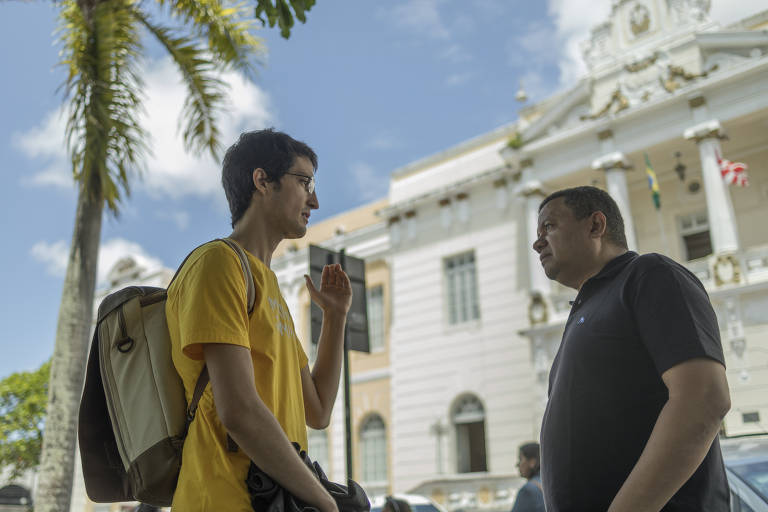 "Sergio Aires, co-founder of Minha Jampa, and Marlon Reis, a former judge who elaborated the Clean Record Law (Lei da Ficha Limpa) and co-created the ""Mudamos"" app along with the Institute for Technology and Society, chatting in downtown João Pessoa, back in August"