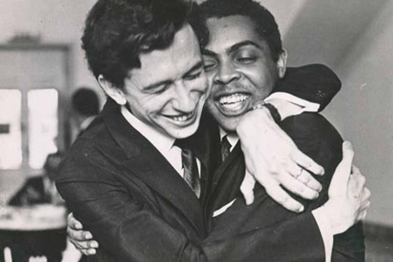 Torquato Neto abraça o cantor Gilberto Gil