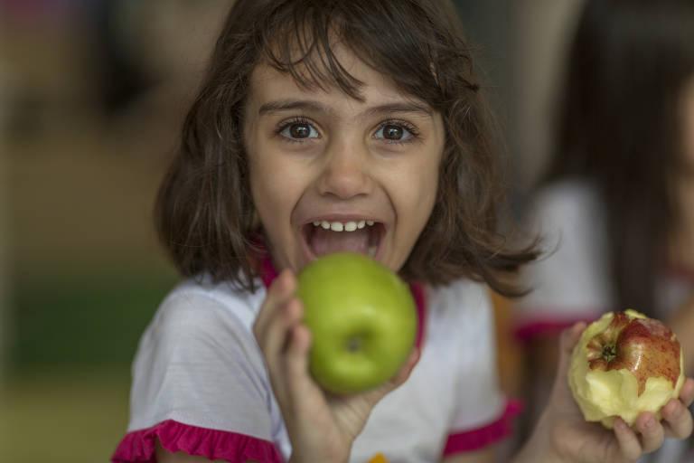 Aluna da Escola Espaço Criança participa de oficina de alimentação saudável promovida em parceria com o Saladorama, em Recife, em agosto