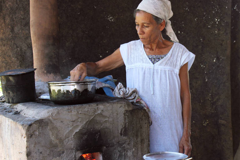 Antonia Pinto, beneficária do programa Fogões Eficientes, apoiado pela Natura, em Maragogipe (BA)