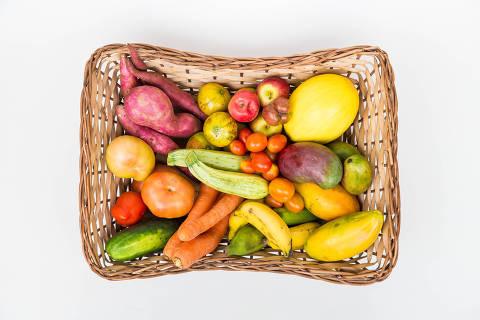 SÃO PAULO, SP, 25.10.2017: FRUTAS-CESTA - Legumes e frutas que fazem parte da caixa de 5 kg do serviço de delivery Fruta Imperfeita. (Foto: Alberto Rocha/Folhapress)