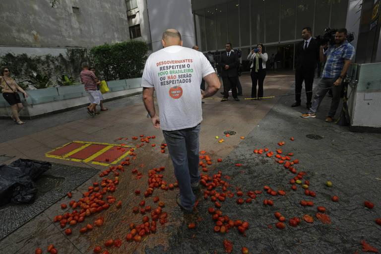 """Resultado de imagem para Evento com Gilmar e Moraes tem """"tomataço"""". """"Estamos manifestando por tudo o que o Gilmar fez, ele solta todo mundo. É uma vergonha"""""""