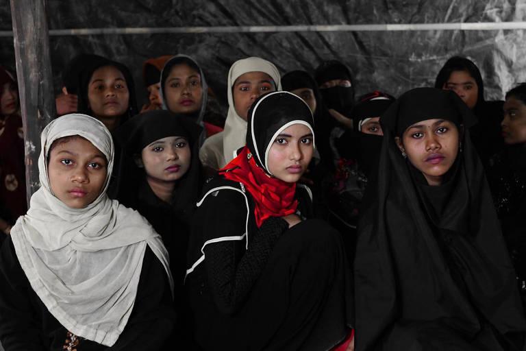 Mulheres rohingya que fugiram de Mianmar no campo de refugiados de Okuya, em Bangladesh