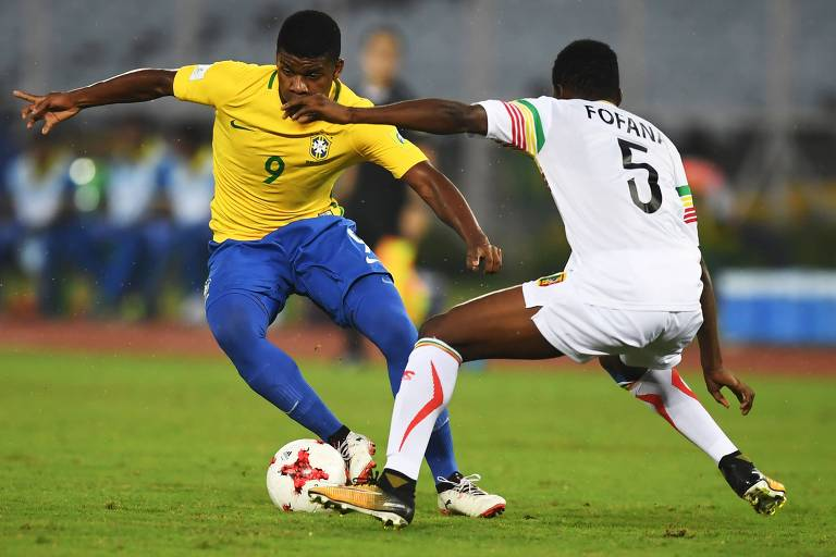 O atacante Lincoln é marcado por Fafana, de Ghana, no último Mundial sub-17, em 2017