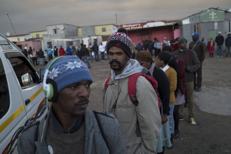 South Africans in the the township of Mitchells Plain wait to catch minibuses for the 20-mile commute to work in Cape Town, Aug. 23, 2017. Despite the end of apartheid, large swaths of the black population remain in townships, on land they do not legally own. Those with jobs often endure commutes of an hour or more that extract outsize slices of their paychecks. (Jo�o Silva/The New York Times) ORG XMIT: XNYT60