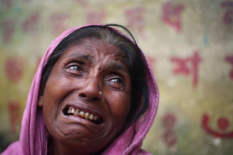 A refugiada rohingya Kulsuma Begum, 40, chora ao contar que sua filha desapareceu e que seu cunhado e seu marido foram mortos pelo Exército de Mianmar, em Cox's Bazar, Bangladesh