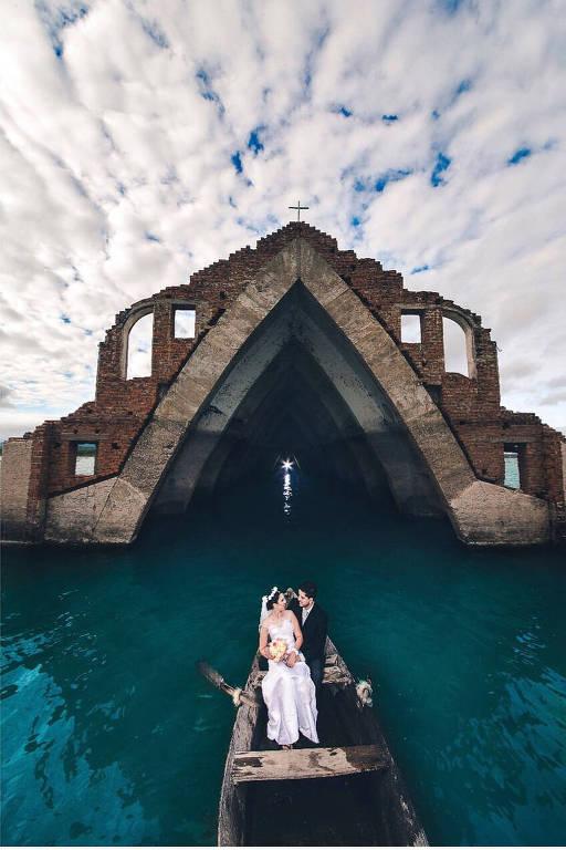Fotos de noivos em igreja imersa