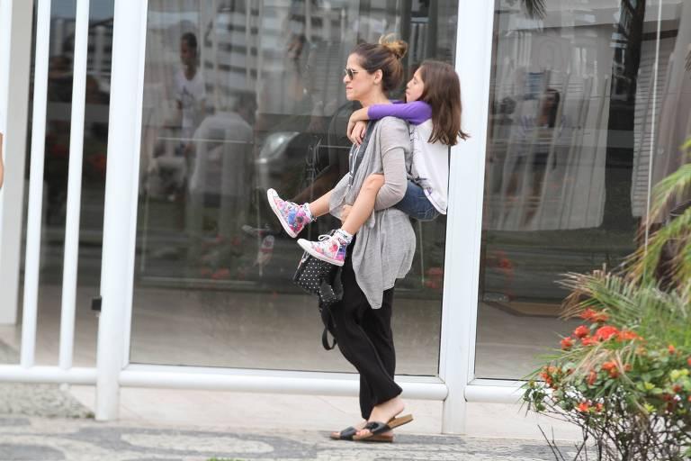 Ingrid Guimarães passeia com sua família no Leblon no Rio de Janeiro