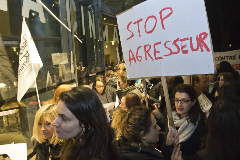 O coletivo francês 'Ousem o Feminismo' faz protesto em frente à Cinemateca Francesa, em Paris