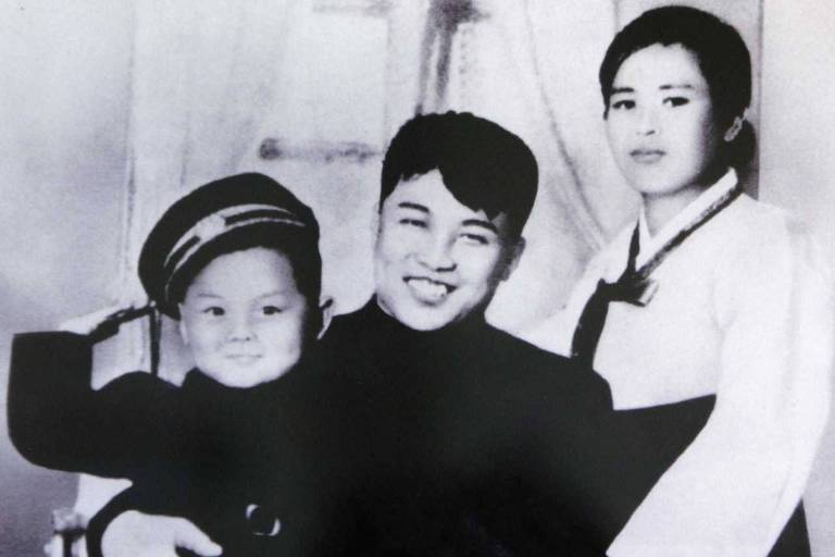A picture of North Korean founder Kim Il-sung, his first wife Kim Jong-suk and his son Kim Jong-il, is displayed at the Unification Hall at the West Seoul Life Science High School in Seoul in this July 17, 2009 file photograph. North Korean leader Kim Jong-il died on December 17, 2011 state television reported on December 19, 2011. An announcer said he died of physical and mental over-work. REUTERS/Handout/Files (SOUTH KOREA - Tags: POLITICS OBITUARY) FOR EDITORIAL USE ONLY. NOT FOR SALE FOR MARKETING OR ADVERTISING CAMPAIGNS