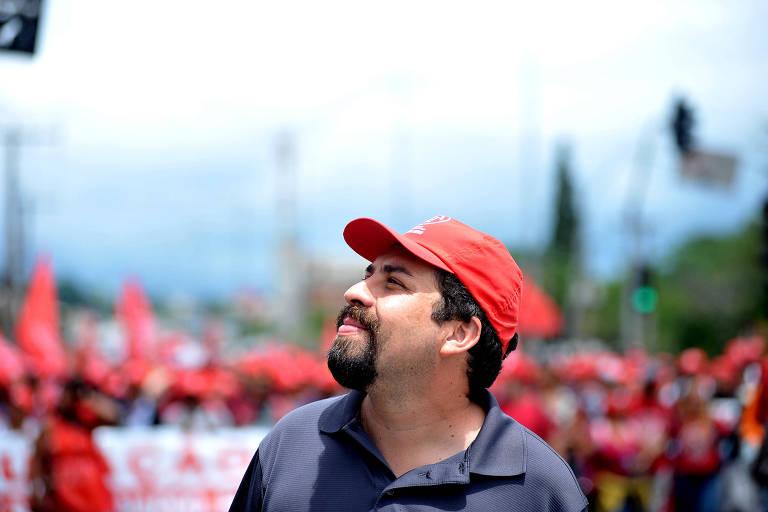 Guilherme Boulos em marcha de sem-teto em São Paulo, em 2017