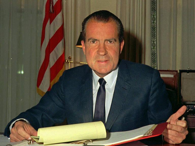 O presidente Richard Nixon, dos Estados Unidos,  em sua mesa na Casa Branca em 1969