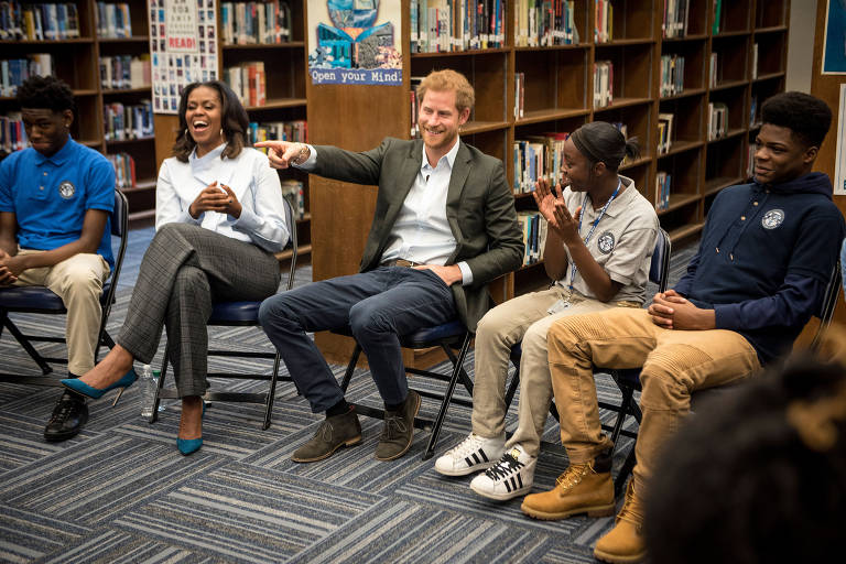 Michelle Obama e príncipe Harry visitam escola em Chicago