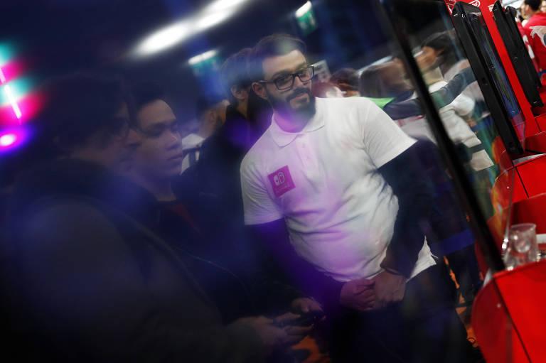 Os jogadores se refletem em uma tela na Semana de Games de Paris