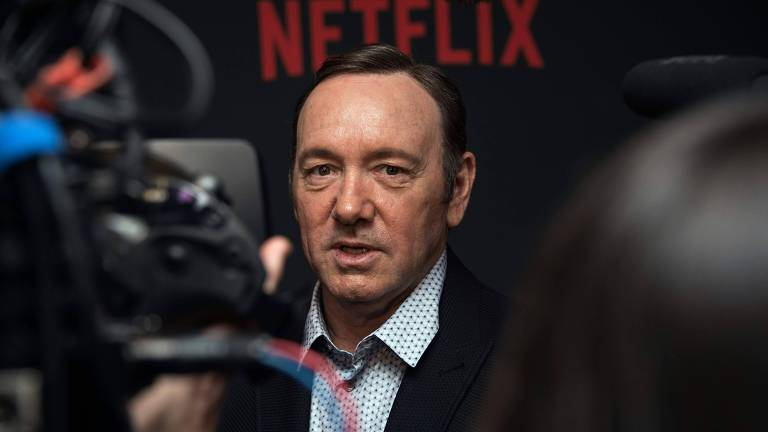 """O ator Kevin Spacey, protagonista da série """"House of Cards"""", foi acusado de assediar sexualmente o artor Anthony Rapp. Em resposta, Spacey disse que não se lembrava da situação escrevendo, em seguida, sobre sua sexualidade."""