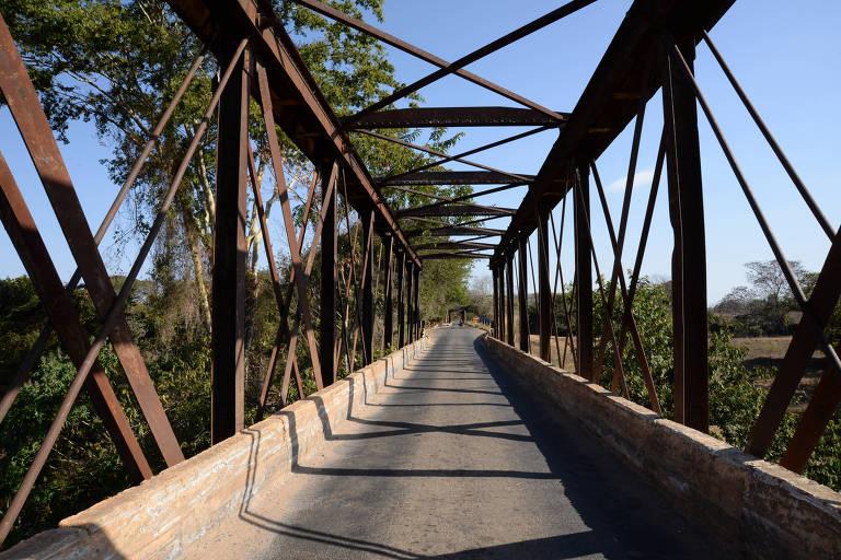 Ponte construída pelos ingleses no século 19 sobre o rio das Velhas, em Santo Hipólito, Minas Gerais