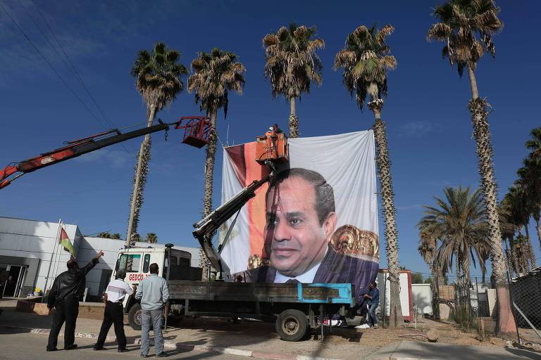 A portrait of Egyptian President Abdel Fattah al-Sisi hangs the Rafah border crossing with Egypt on November 1, 2017. Hamas handed over control of the Gaza Strip's border with Egypt to the Palestinian Authority today, a first key test of a Palestinian reconciliation agreement agreed last month, an AFP journalist said. / AFP PHOTO / SAID KHATIB ORG XMIT: SK3534