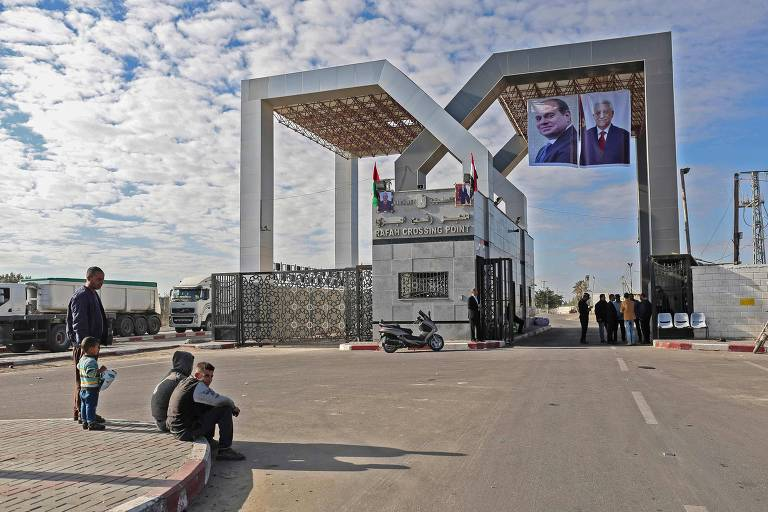 Portraits of Egyptian President Abdel Fattah al-Sisi and Palestinian leader Mahmud Abbas hang at the Rafah border crossing with Egypt on November 1, 2017. Hamas handed over control of the Gaza Strip's border with Egypt to the Palestinian Authority today, a first key test of a Palestinian reconciliation agreement agreed last month, an AFP journalist said. / AFP PHOTO / SAID KHATIB ORG XMIT: SK3527