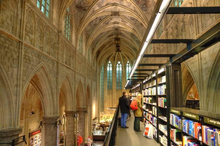 A livraria Dominicanen fica dentro de uma antiga igreja, ainda conservada, com vitrais e pintura no teto. A livraria construiu uma estrutura metálica em que ficam as prateleiras, bastante estreita