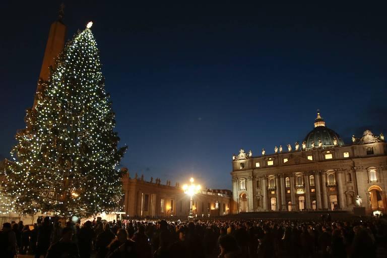 Árvore de Natal em frente à Basílica de São Pedro, no Vaticano