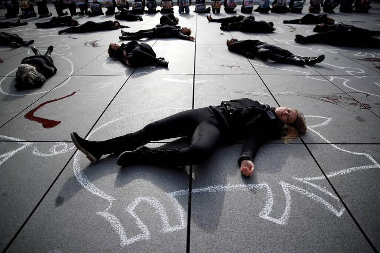 Ativistas deitados no chão sobre figuras de animais protestam em Paris contra o consumo de produtos de origem animal no Dia Mundial do Veganismo, 1º de novembro de 2017