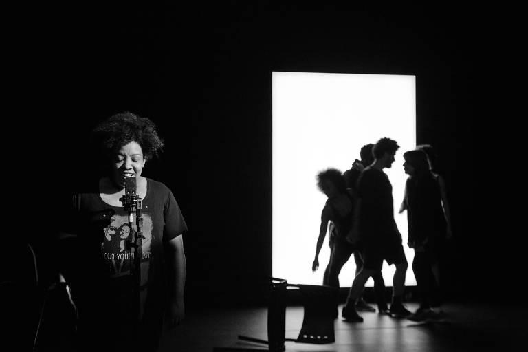 """A atriz Grace Passô na peça """"Preto"""", da Cia. Brasileira de Teatro"""