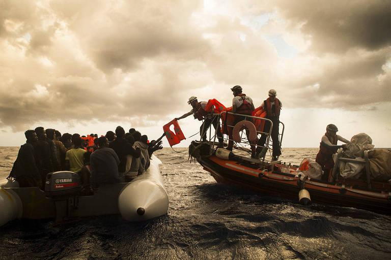 Ativistas resgatam imigrantes em um bote infl�vel no mar Mediterr�neo