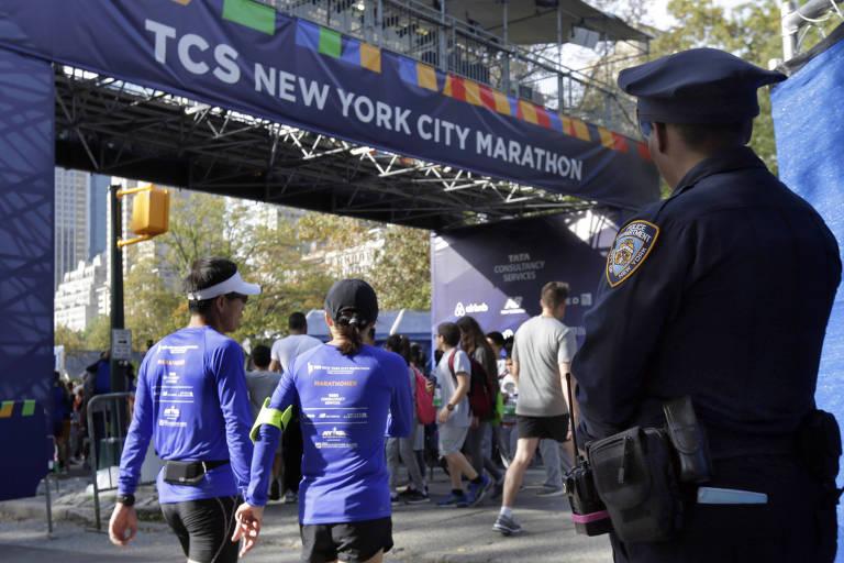 Policial monitora o local da faixa de chegada da maratona de Nova York