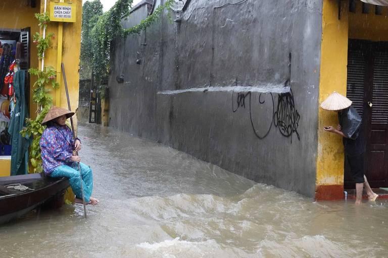 Inundação na cidade de Hoi An após a passagem do tufão Damrey, no Vietnã