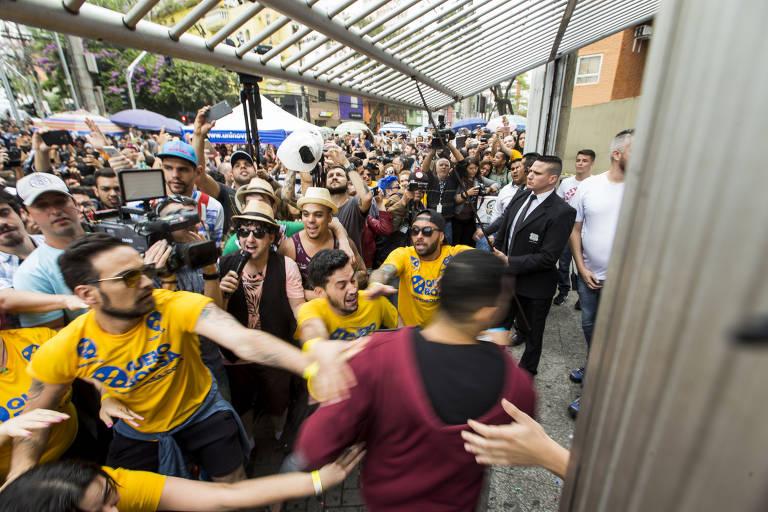 Estudantes chegam em cima da hora para o primeiro dia da prova do Enem na Uninove da Barra Funda, zona oeste de SP