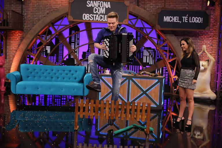 Apresentadora Tatá Werneck recebe o cantor Michel Teló; durante a segunda temporada do Lady Night, no Multishow