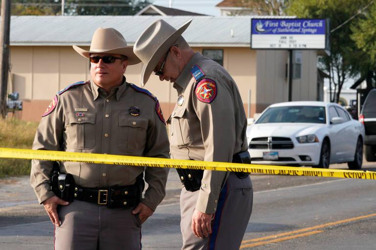 Polícia fica do lado de fora do local de um tiroteio na Primeira Igreja Batista de Sutherland Springs, Texas, EUA